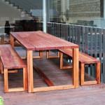 Mesa y bancos de exterior de madera de niangón